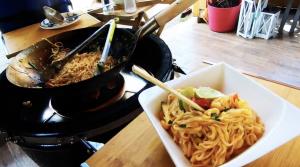 Recept: Wokban készített rizstészta garnélával