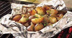 Kiváló köret – készülhet a grillezett krumpli!
